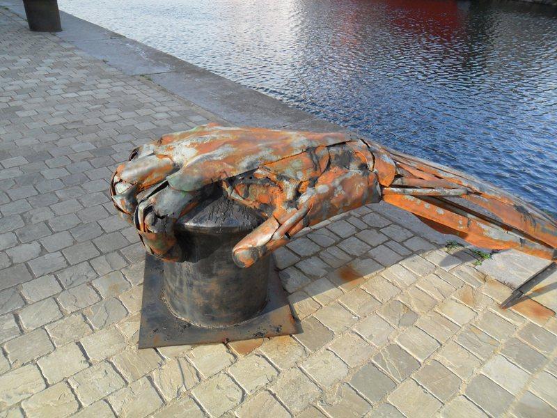 Памятники главному символу Антверпна установленны по городу в разных интерпретациях.