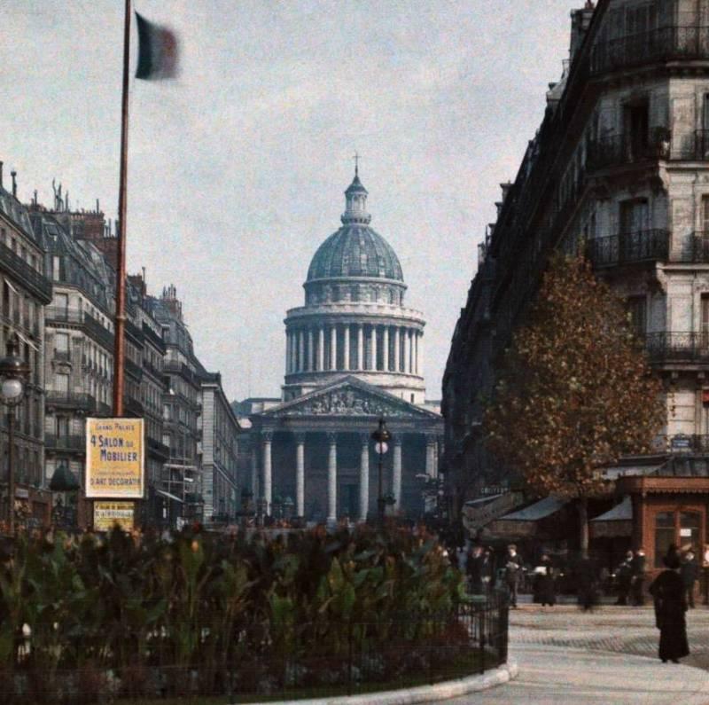 На улице, ведущей к Пантеону.