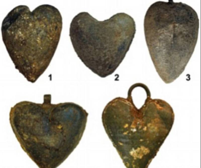 Погребальные урны, в которых покоились забальзамированные человеческие сердца.