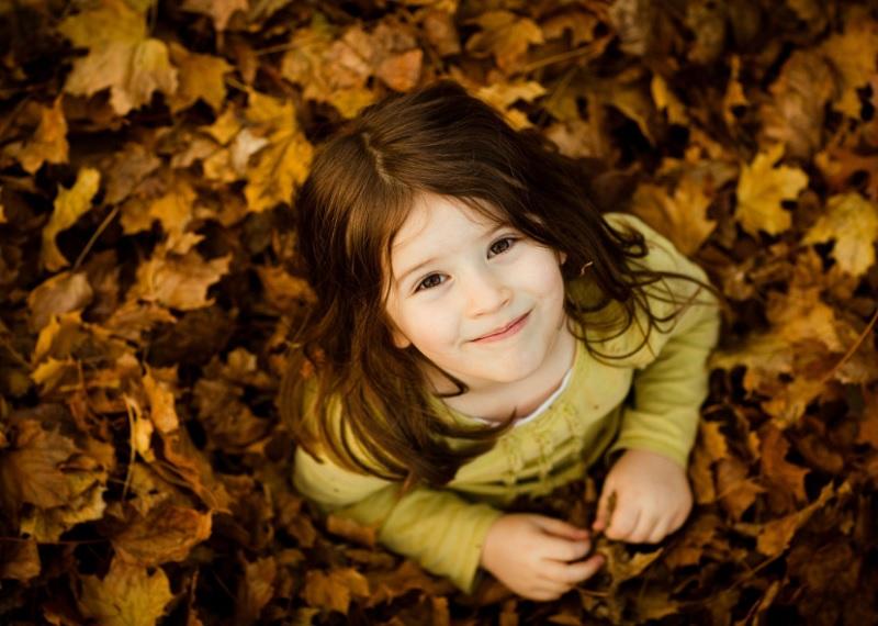 осенняя фотосессия идеи, идеи для фотосессии осенью, фото в листьях, девочка в листьях, необычные идеи для фото