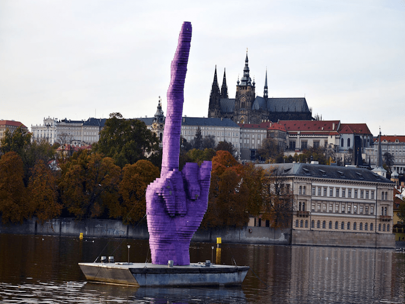 Скульптура средний палец, фак, чешский скульптор Дэвид Черни