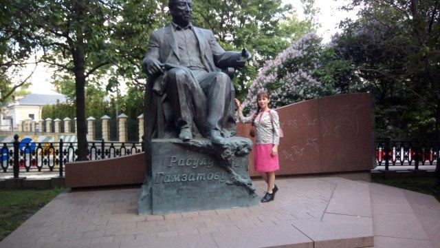 Памятник Расулу Гамзатову в Москве на Яузском бульваре