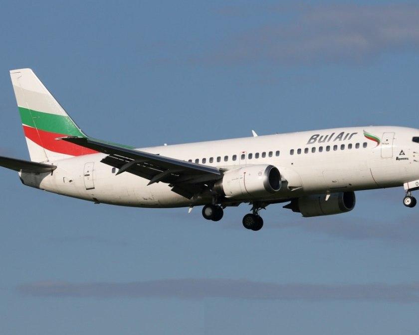 Лайнер авиакомпании Bul Air заходит на посадку