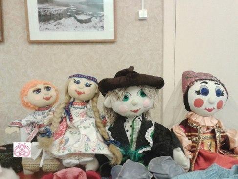 Семья текстильных кукол.