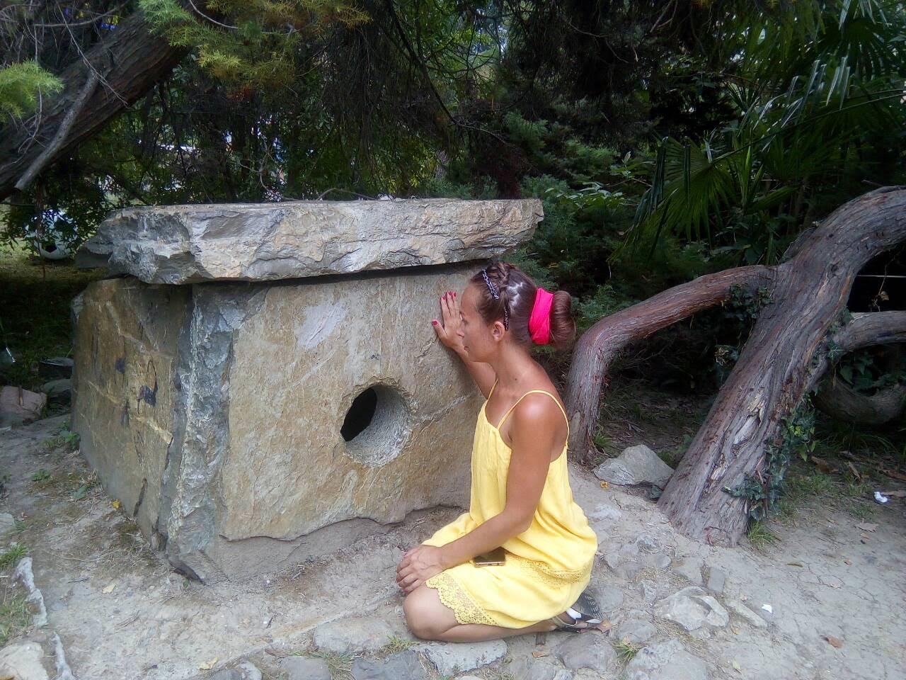 Дольмен в Парке Ривьера в Сочи