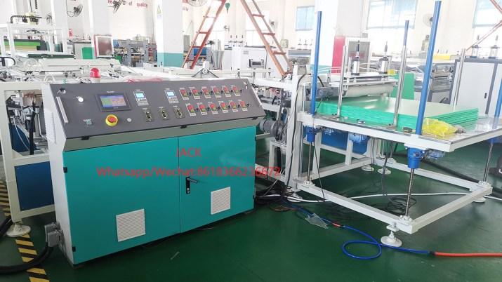 Máquina de fabricación de láminas divisoras selladas