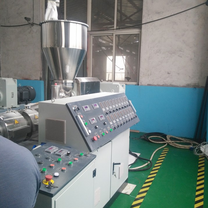 PVC wall panel extruder