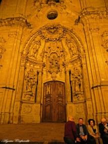 Iglesia de Santa María, al final de una calle estrecha llena de negocios de comida. En sus escalones algunos feligreses con su zurito, vino ó trago, en armonía y sin espectáculos.