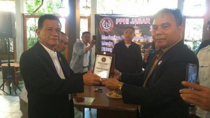 Menginspirasi, Ketum PPHI Tengku Murphi Terima Penghargaan