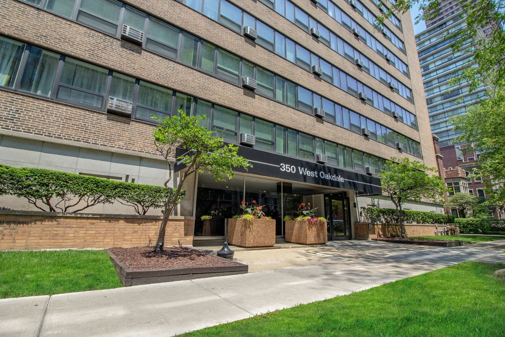 Chicago Apartments, Lakeview, 350 W Oakdale Entrance