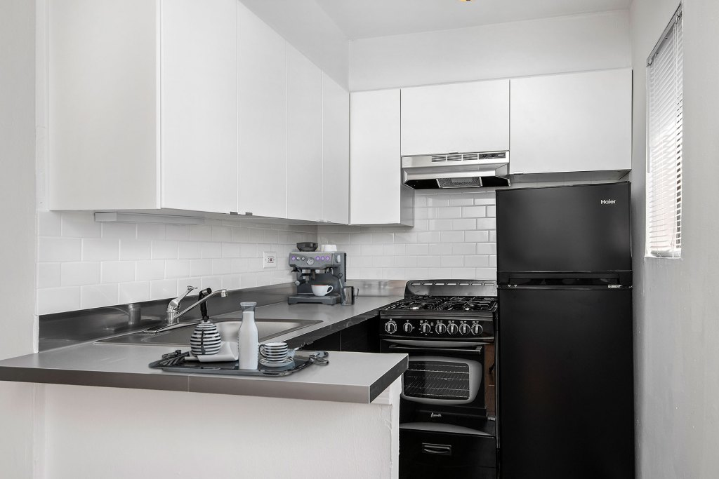Chicago Apartments, Lakeview, 450 W Melrose Kitchen