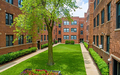 Chicago Apartments, Lakeview, 632 W Cornelia Courtyard