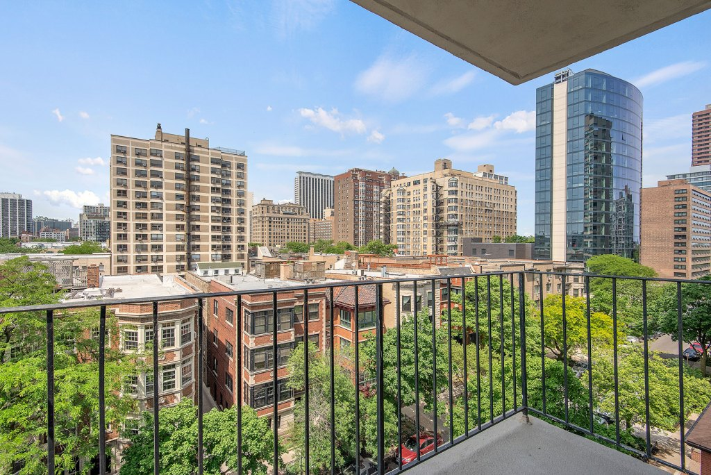 Chicago Apartments, Lakeview, 441 W Oakdale Balcony View