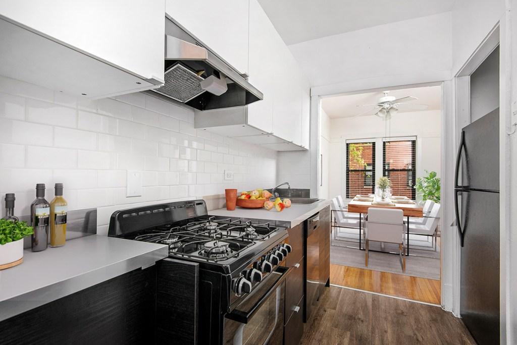 Chicago Apartments, Lakeview, 643 W Cornelia Courtyard