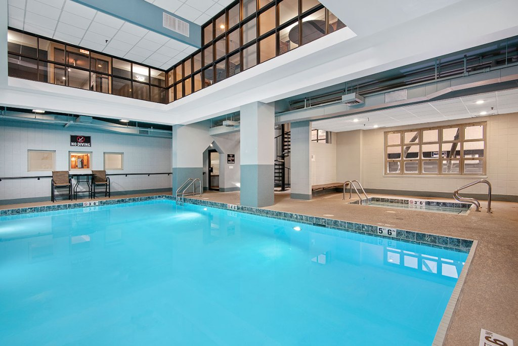 100 W Chestnut Swimming Pool Interior Chicago Apartments River North - 1