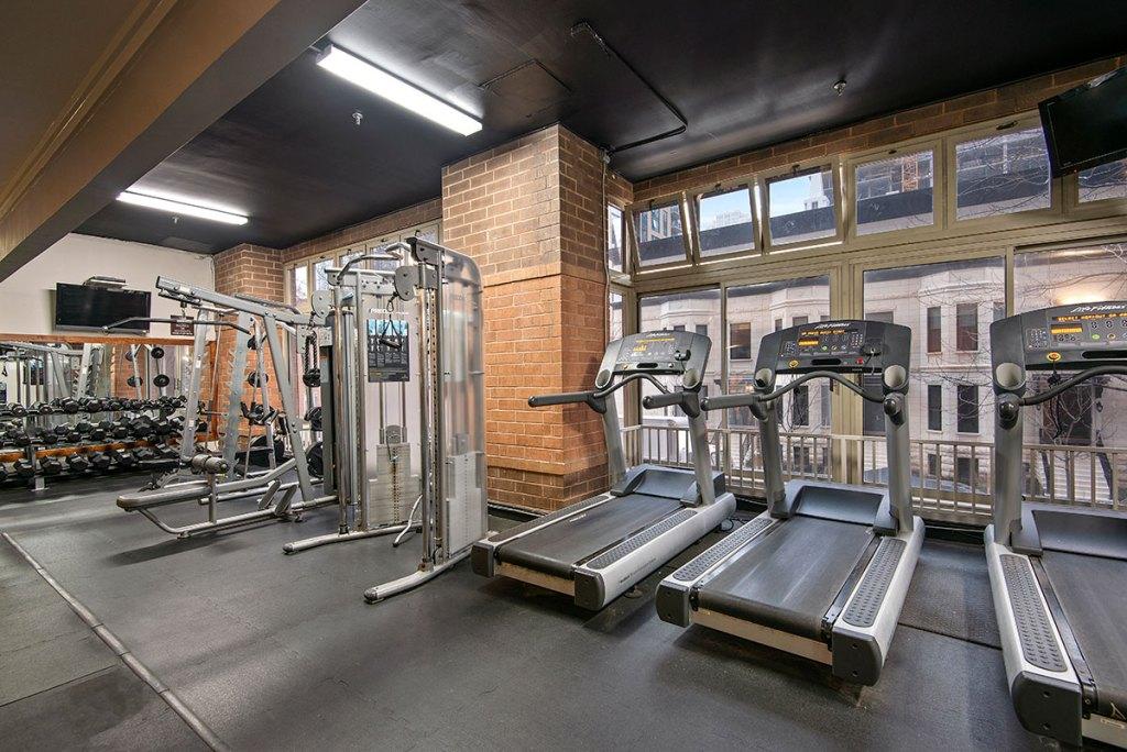 100 W Chestnut Fitness Center Interior Chicago Apartments River North - 1