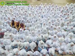 Dengan Khusyu' mereka berdoa