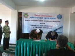 penandatangan MOU Yayasan pondok pesantren Sunan Drajat dan Universits Hang Tuah Surabaya