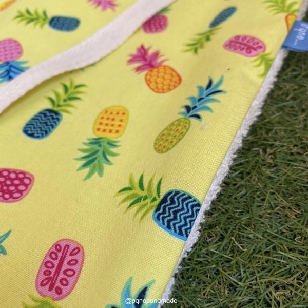 babero grande piñas fondo amarillo tela algodon artesanal detalle