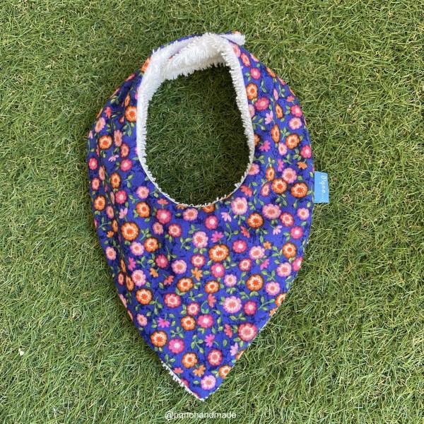 bandana babero babas mini flores colores fondo azul tela algodon artesanal
