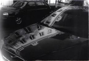 Reflecties in een autoruit. Olympus Trip 35 met Kodak Tri-X 400.
