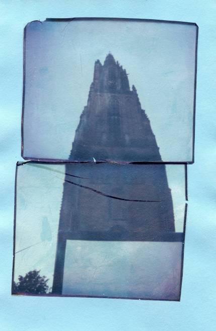 Dubbele image transfer van (verlopen) Impossible color film op lichtblauw papier..