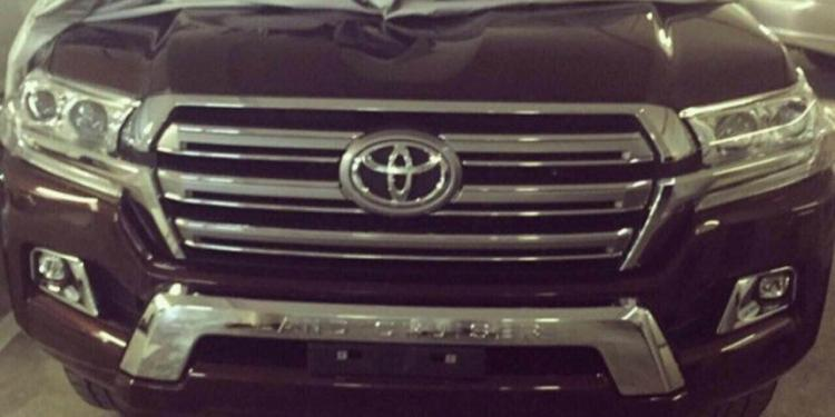2016 Toyota LandCruiser 200 spied in the metal