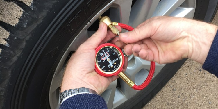 How to check tyre pressures