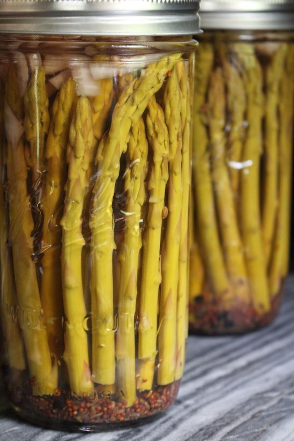 Asparagi sott'aceto fatti in casa in barattoli alti da mezzo litro
