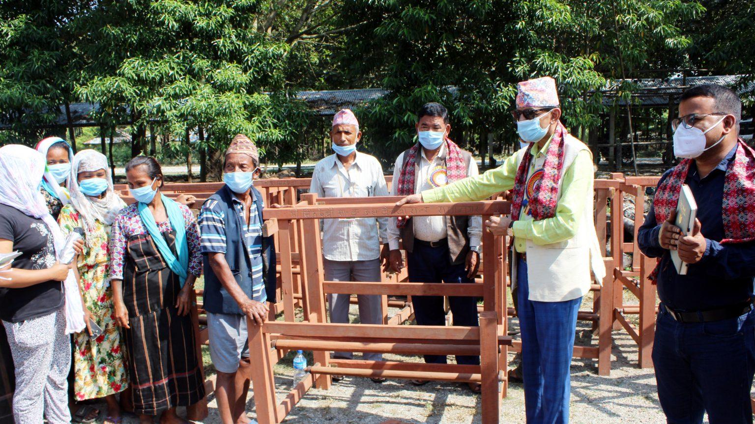 सिंहदेवी सामुदायीक वनद्वारा बेलबारीका महिलालाई कपडा बुन्ने तान बितरण