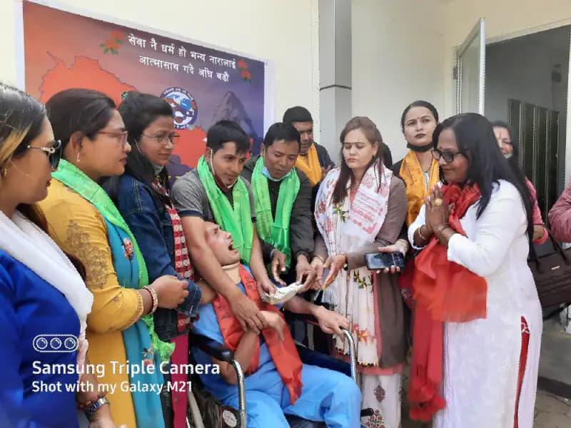 """१७ महिनादेखि अस्पताल बसेका अर्याललाई, """"मेचीकाली हामी नेपाली"""" समुहले ५१ हजार दियो"""
