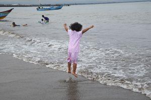 fotografi anak lompat di pantai