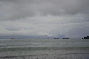 foto kapal laut menunggu sandar