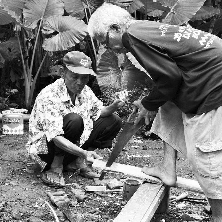 fotografi dua tukang kayu senior