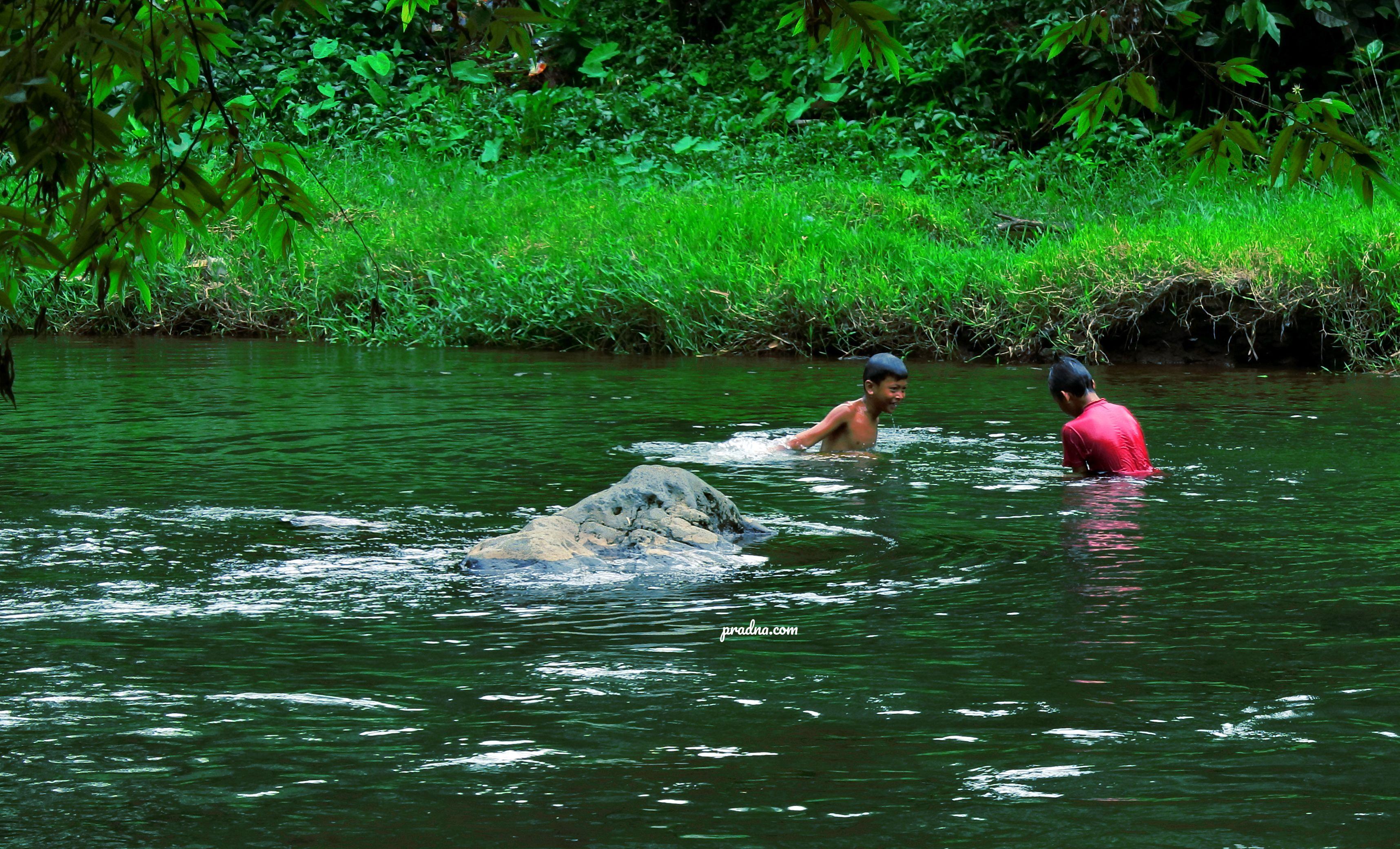 fotografi anak bermain di sungai bersih purwokerto