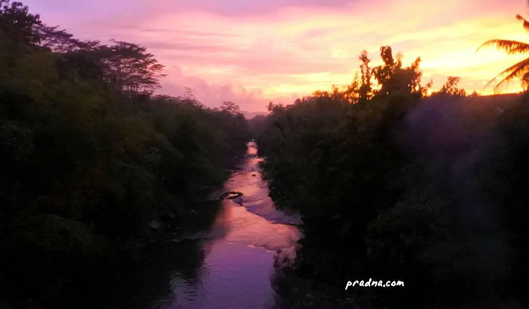 fotografi senja di sungai banjaran banyumas