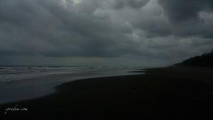 foto pantai sebelum badai