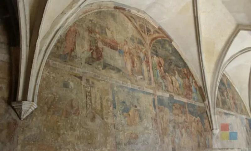 Detailreiche Wandmalerei im Emmaus Kloster