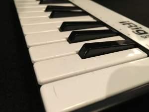 iRig Keys angled keybed