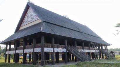 rumah adat kalimantar timur lamin