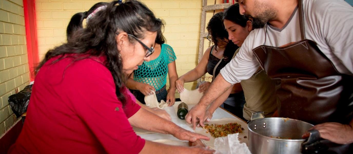 """""""El pan que nos une"""", talleres de panadería artesanal buscan fortalecer el vínculo familiar"""