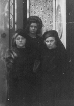 v.l.n.r.: Tochter Helene , Enkeltochter Liselotte und Elise Kobelkoff