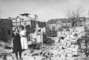Helene Schaaf und Tochter Liselotte nach dem Angriff, Prater 34 (heute 93), 1945