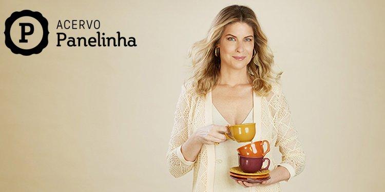 Foto com uma mulher segurando xícaras em fundo bege