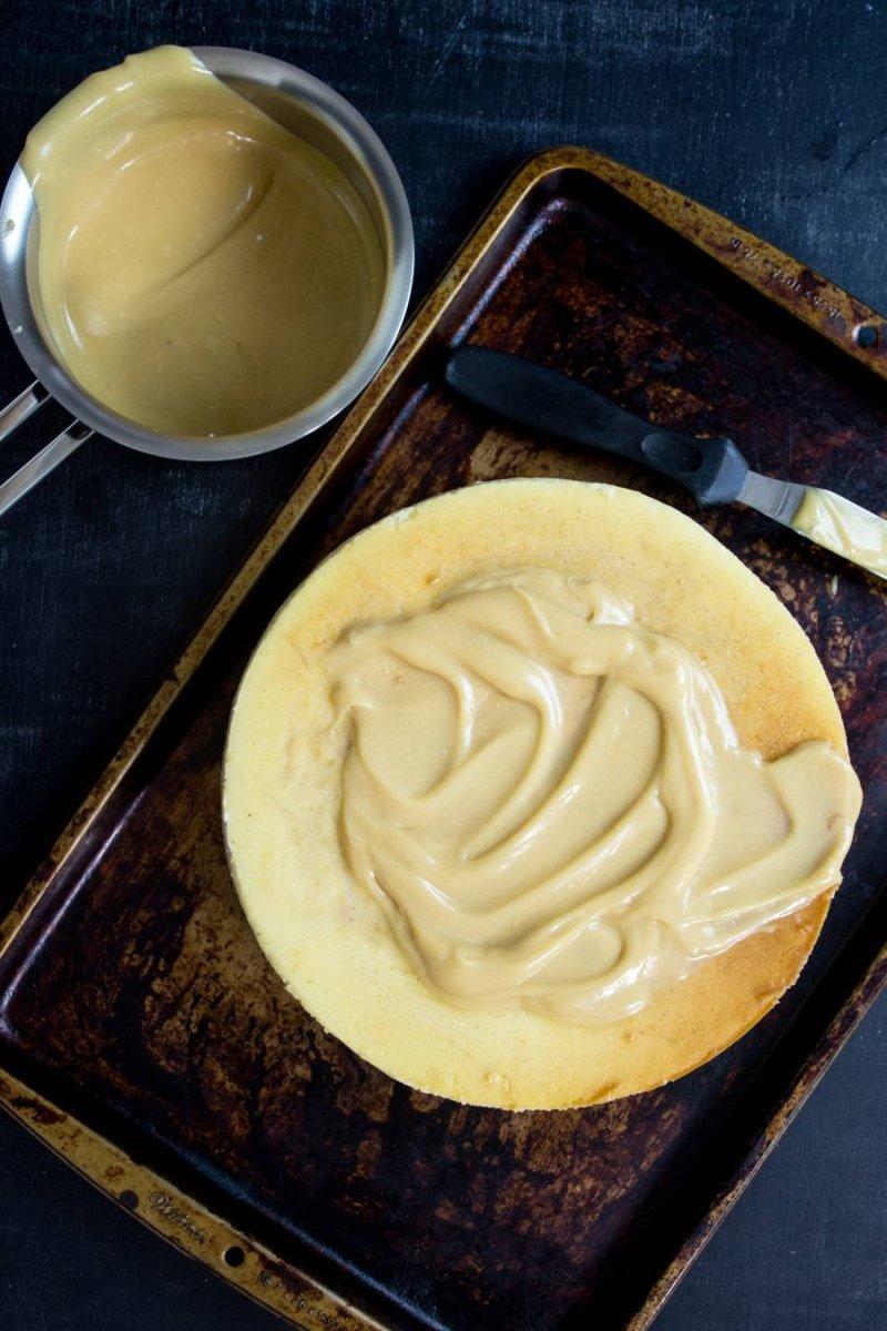 Cheesecake de doce de leite com calda de doce de leite visto de cima por PratoFundo.com