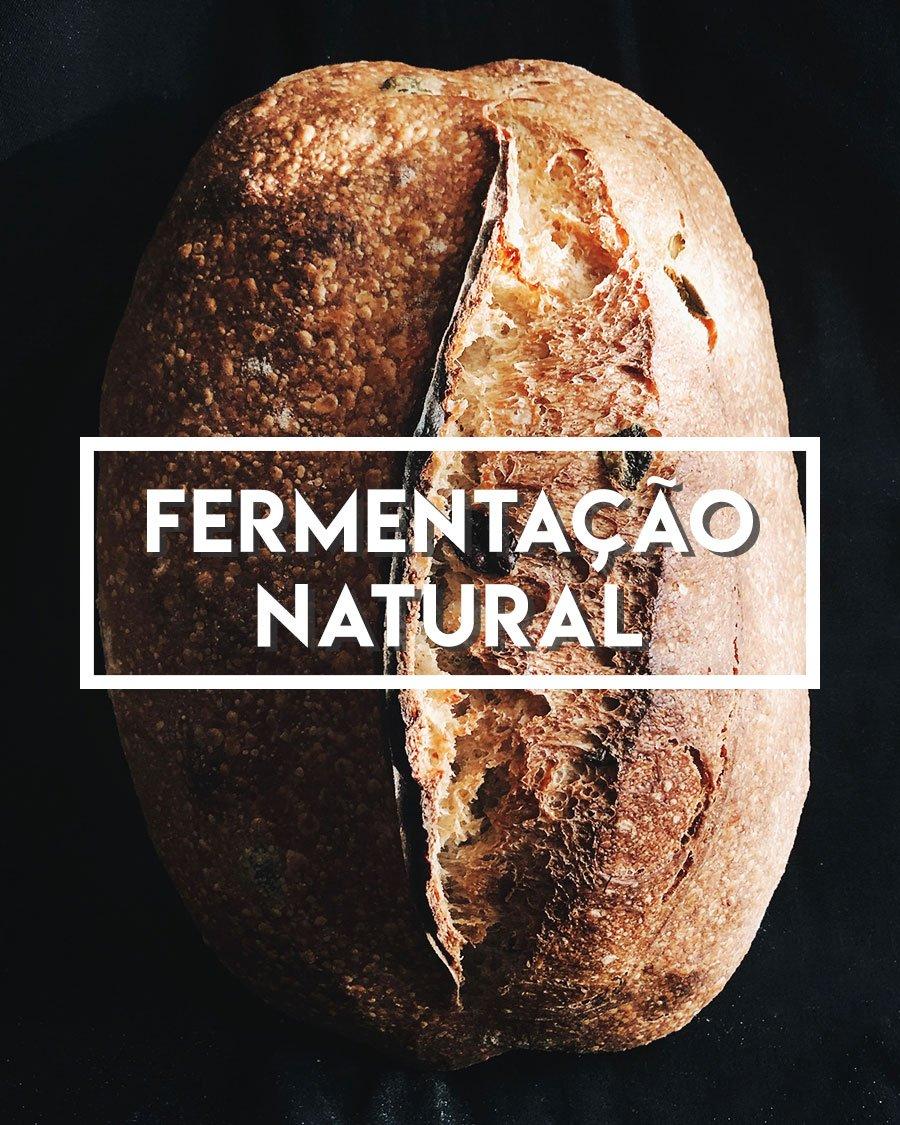 Foto de um pão com o texto escrito: fermentação natural