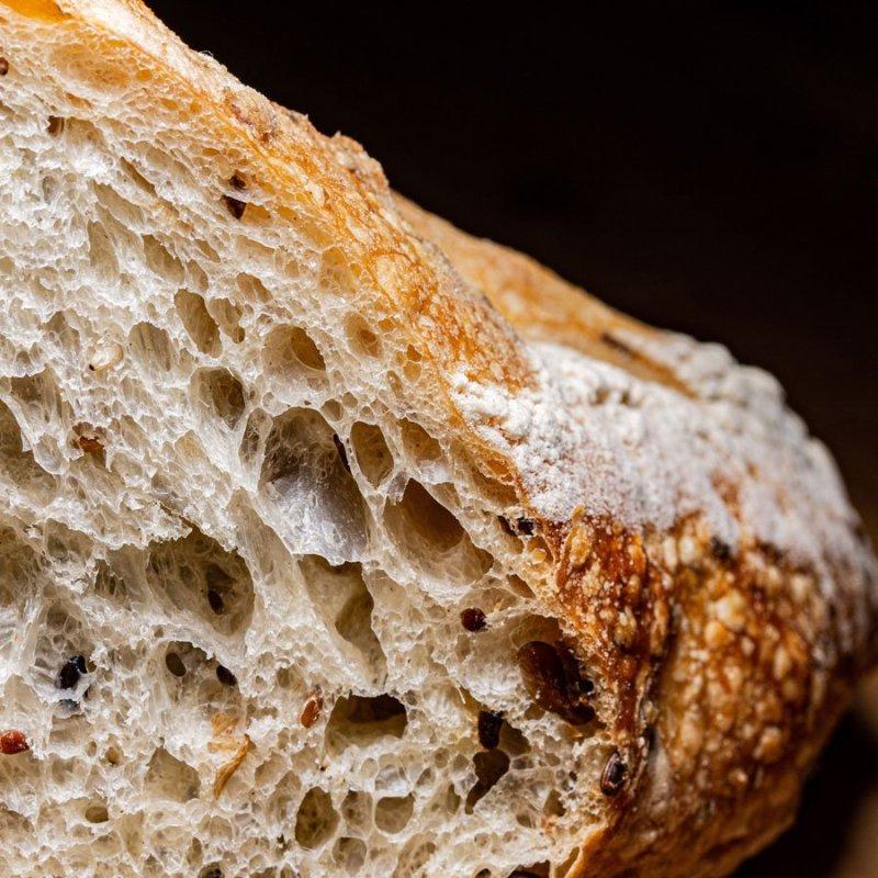 Pão fatiado visto de perto