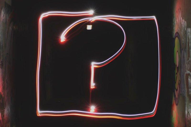 ponto de interrogação feito com rastro de luz