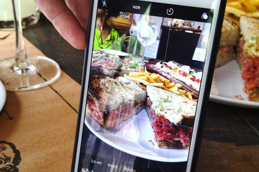 Foto em close de pizza dentro do celular