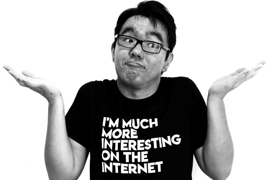 Foto em preto e braco de homem asiático jovem com expressão de dúvida